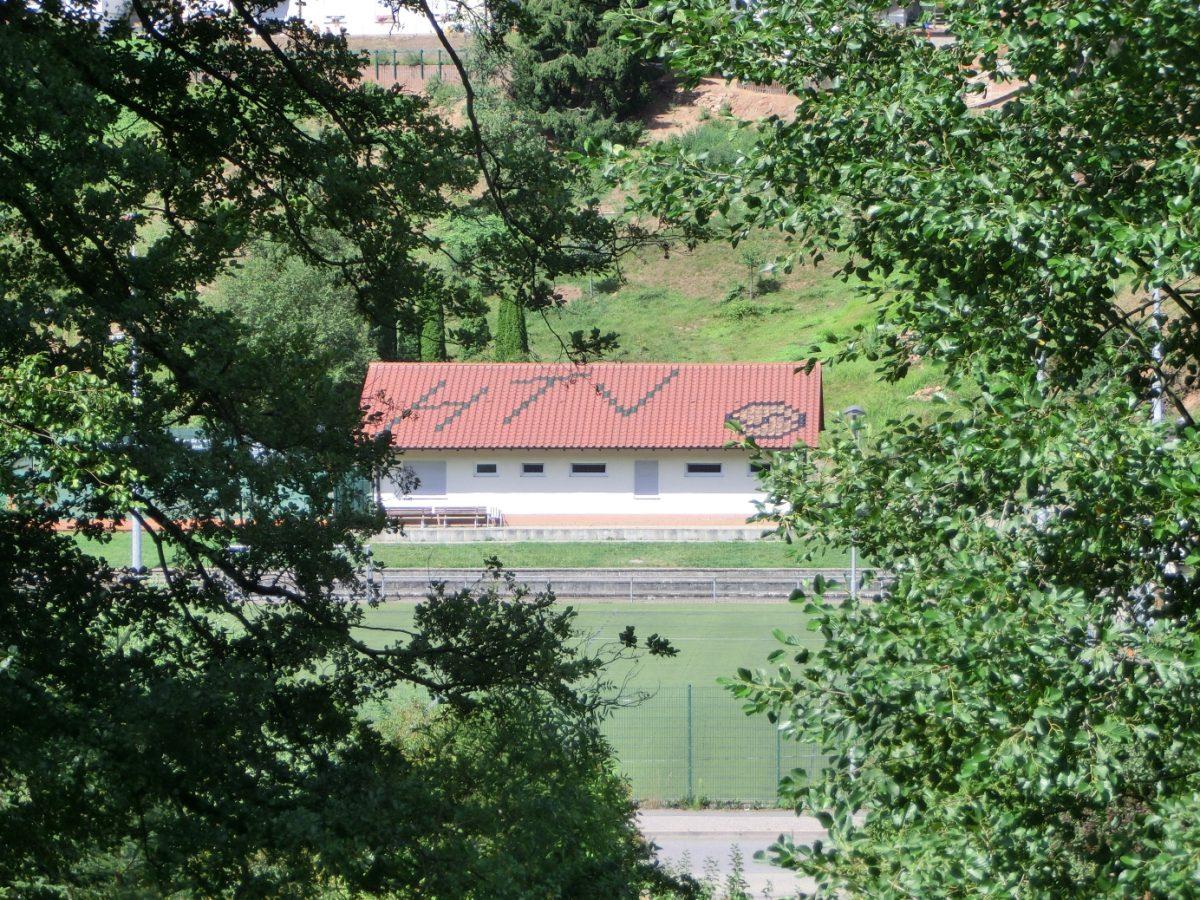 HTV-Schriftzug auf dem Dach des Vereinsheims